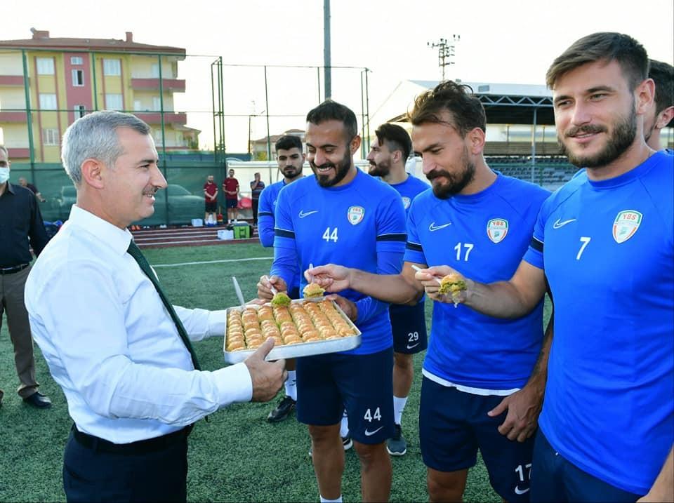 Başkan Çınar'dan Yeşilyurt Belediyespor futbol takımına ziyaret
