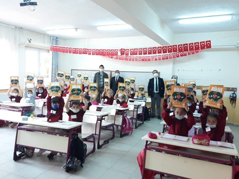 Başkan Teke'den öğrencilere boyama kitabı ve kalem seti