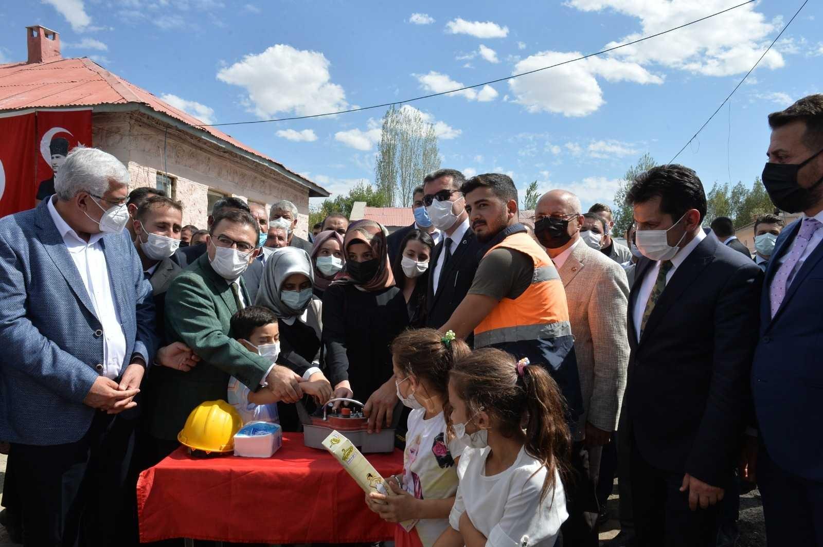Erzurum'da 4 ilçede 4 okulun temeli atıldı, yapımı tamamlanan bir okul hizmete açıldı