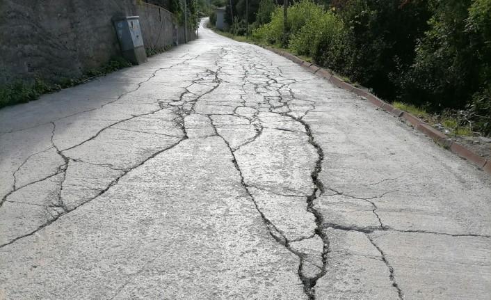 Su ve yol sorunu çözülmeyen mahalleli, belediyeye tepki gösterdi