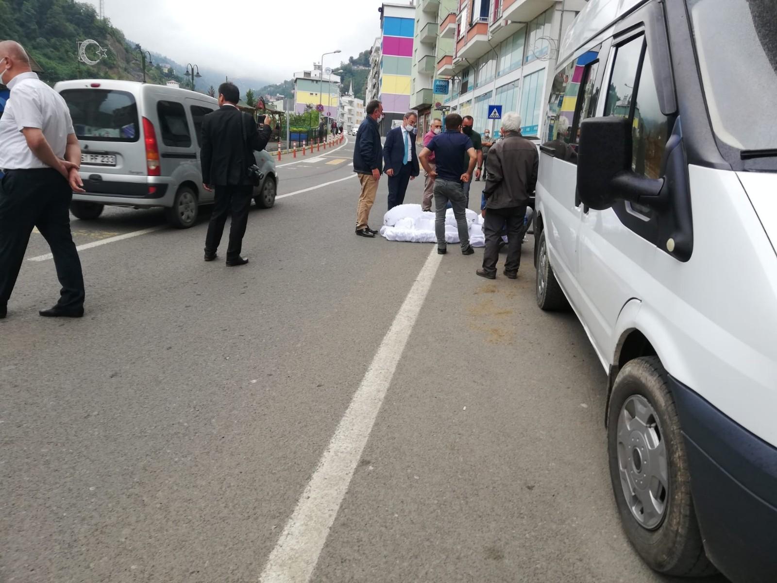 Trabzon'da Şalpazarı Belediye Başkanı fabrikada bulunan şapkaları sokağa atıp yaktı