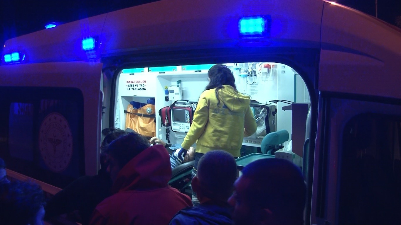 Bakırköy'de kontrolden çıkan otomobil taklalar atarak duvara çarptı: 3 yaralı