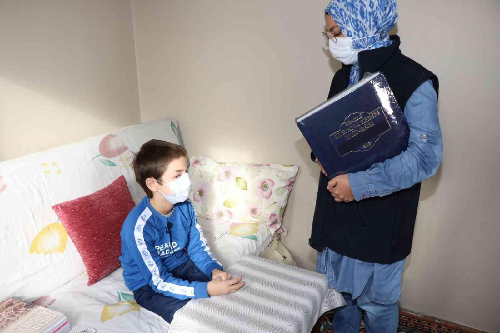 Görme engelli Ziya'ya özel basılmış Elif-Ba