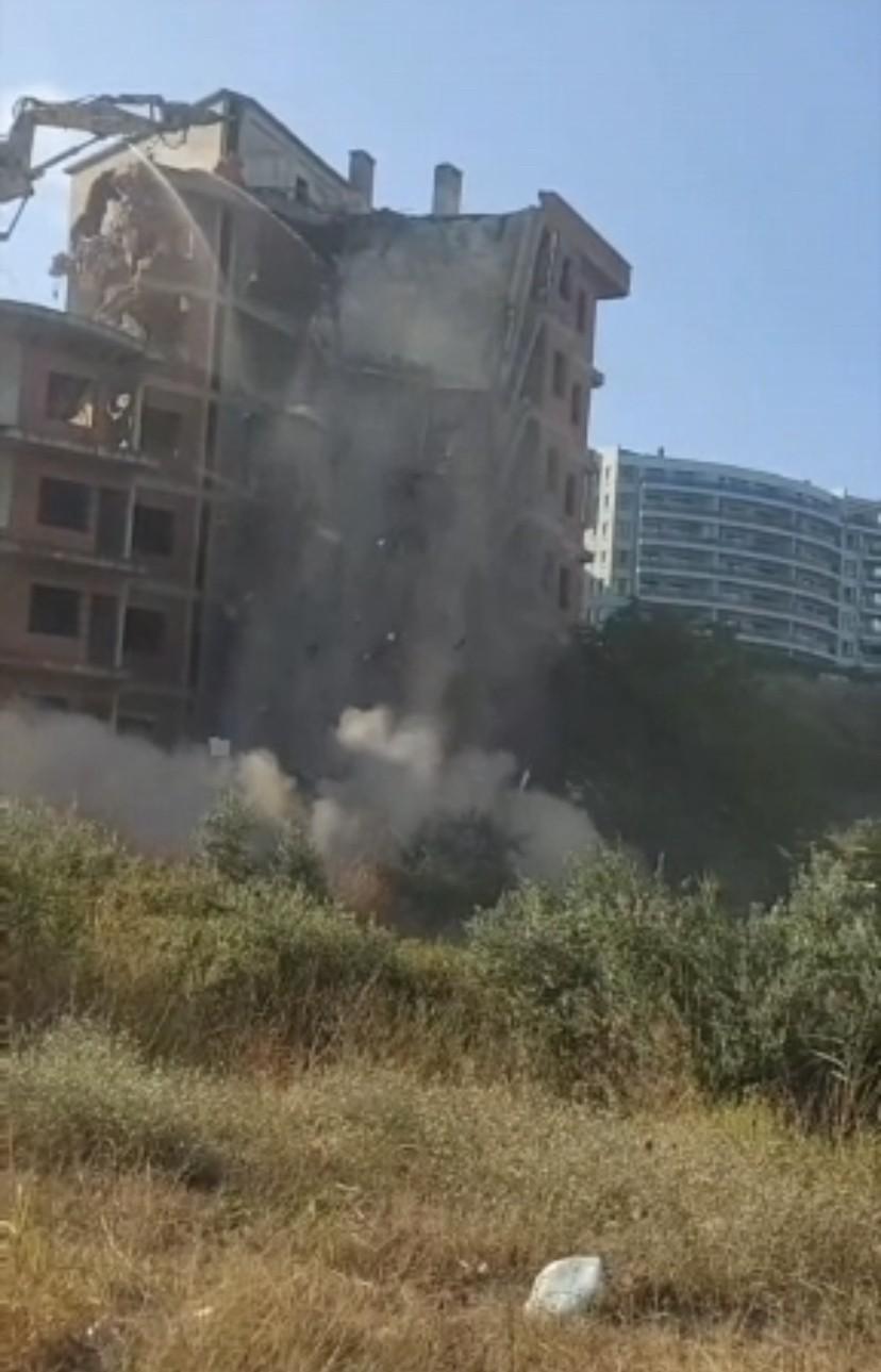 Kepçe operatörünün yıkmak istediği bina kendisi yıkıldı