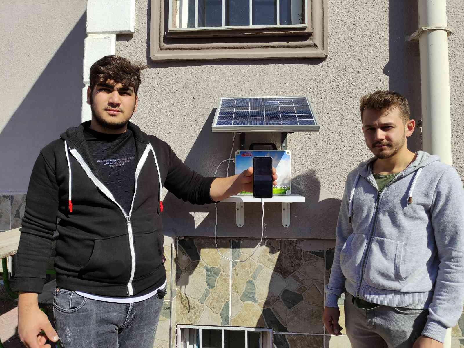 Öğretmen öğrencileri için güneş enerjisiyle çalışan şarj istasyonu yaptı