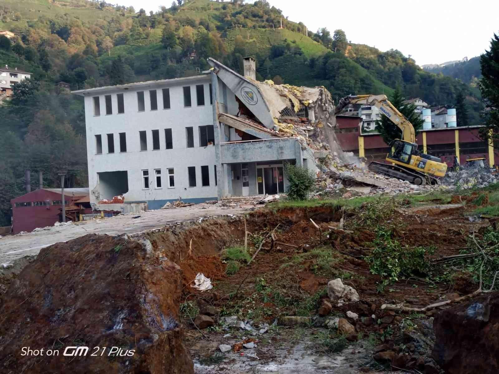 Selden zarar gören Büyükköy beldesinde belediye binasının yıkımına başlandı