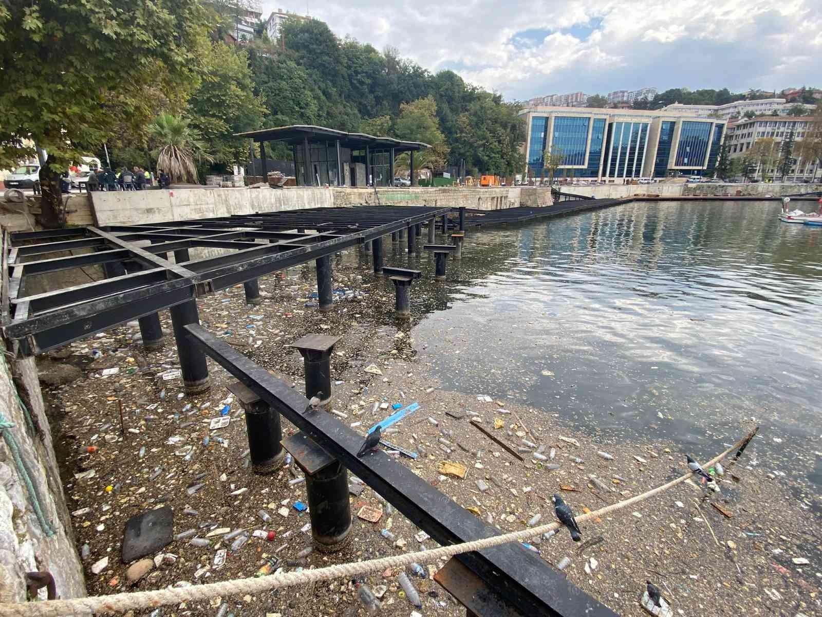 Yağmurun ardından çöpler limana doldu